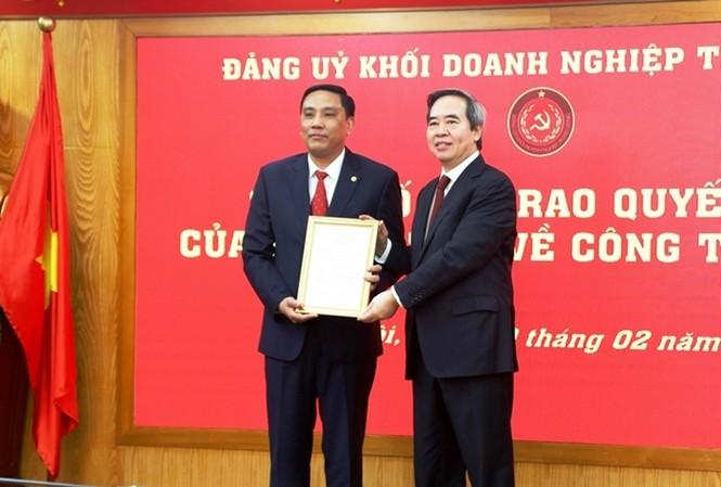 Ông Nguyễn Văn Bình trao quyết định của Ban Bí thư cho ông Hoàng Giang