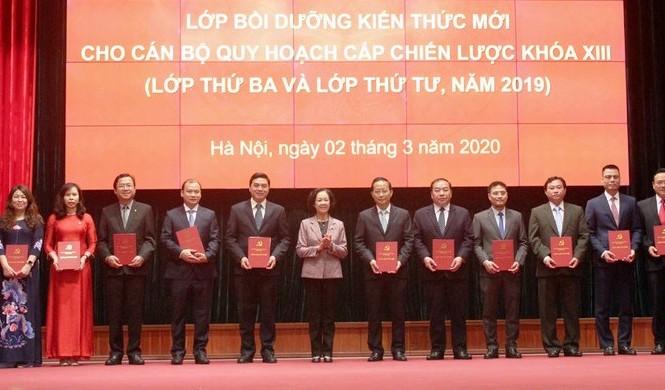 Trưởng Ban Dân vận Trung ương Trương Thị Mai  trao Giấy chứng nhận tốt nghiệp cho các học viên (ảnh V.VO)