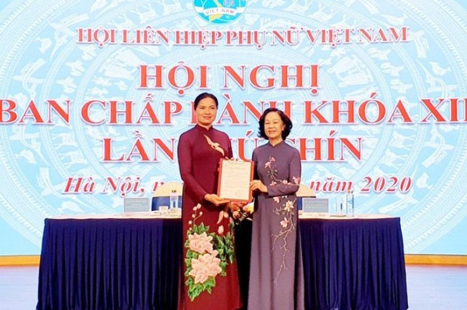 Bà Trương Thị Mai trao quyết định của Bộ Chính trị cho bà Hà Thị Nga (ảnh P.N)