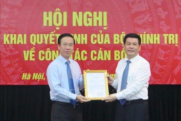 Ông Võ Văn Thưởng trao quyết định của Bộ Chính trị cho ông Nguyễn Hồng Diên (ảnh TTXVN)