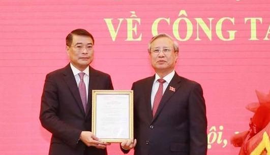 Thường trực Ban Bí thư Trần Quốc Vượng trao quyết định cho ông Lê Minh Hưng (Ảnh: TTXVN)