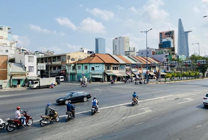 Đường phố Sài Gòn vắng vẻ ngày đầu 'cách ly xã hội'