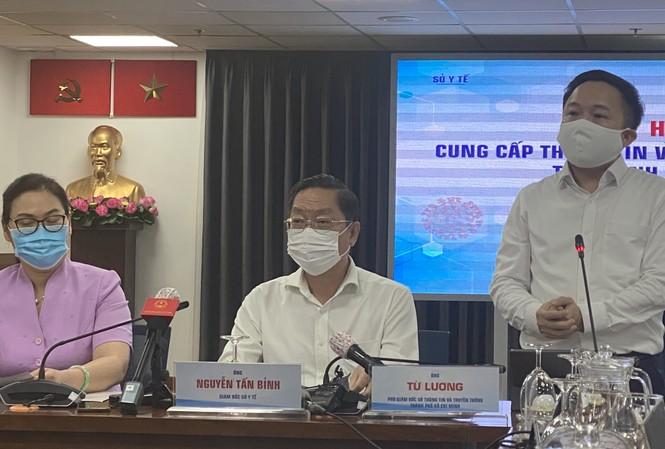 Ông Từ Lương (đứng), Phó GĐ Sở Thông tin và Truyền thông TPHCM.