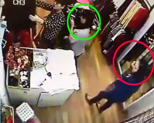 Nữ quái thấy nhân viên vừa rời khỏi bàn thu ngân