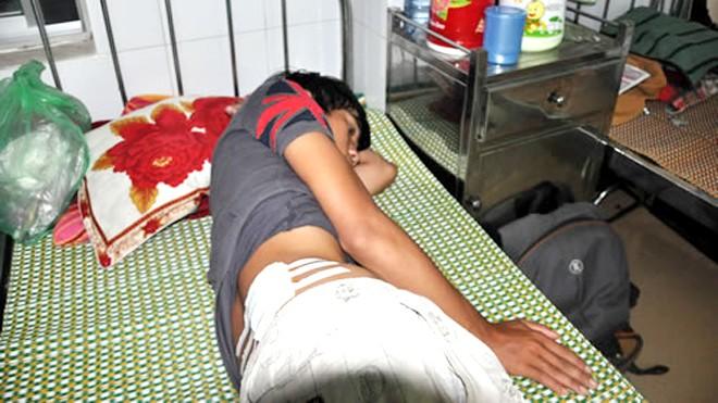Dương Quốc Thạnh với vết thương trên lưng do bị bắn bằng đạn cao su