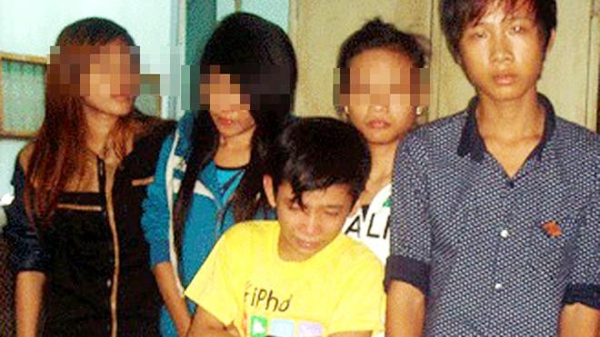 Một năm trước, Linh (áo vàng) bị phát hiện tại khách sạn cùng đồng bọn