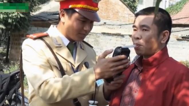 Hà Nội: Người tham gia giao thông lúng túng đo nồng độ cồn