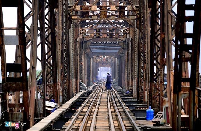 Để bảo đảm an toàn giao thông đường sắt và giao thông đô thị đến năm 2020, Bộ Giao thông Vận tải đã nghiên cứu lập dự án khôi phục cầu Long Biên theo 2 giai đoạn. Giai đoạn 1, gia cố bảo đảm an toàn cầu, phục vụ vận tải đường sắt đến năm 2020. Giai đoạn 2