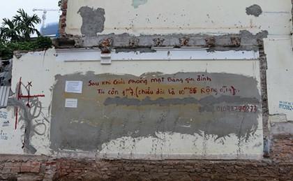 Bức tường của một hộ gia đình ở tổ 29, phường Quan Hoa, quận Cầu Giấy có bức tường rộng 1,7 m2 (dài 1 m, rộng 14 cm) còn sót lại sau khi mở đường Nguyễn Văn Huyên kéo dài
