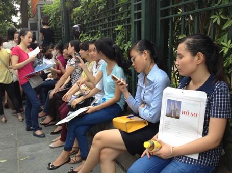 Thí sinh nộp hồ sơ thi tuyển công chức tại Hà Nội