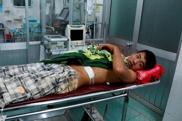 Anh Nguyễn Văn Hùng đang kể lại giây phút bị bắn trọng thương