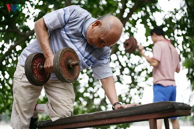 Khoảng 3-4 năm trở lại đây, ông Côn - hiện 76 tuổi nhà ở khu phố cổ gần hồ Hoàn Kiếm thường xuyên tham gia tập thể hình cùng CLB thể hình ven hồ