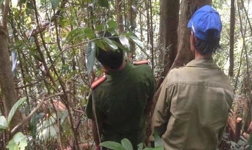 Thợ săn cùng cơ quan chức năng đến khu vực thợ săn Thé tử vong do súng bắn trúng người. Ảnh: CAQN