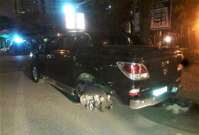 Chiếc xe bán tải chỉ dừng lại khi lốp sau hư hỏng nặng