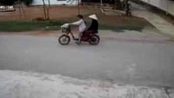 Hình ảnh nữ sinh T. chở bà Hường được camera bên đường ghi lại