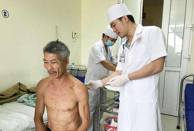 Ông Ngô Văn Cảnh đang được điều trị tại Khoa Ngoại 2, Bệnh viện Quân y 91. (Ảnh: Báo Thái Nguyên)