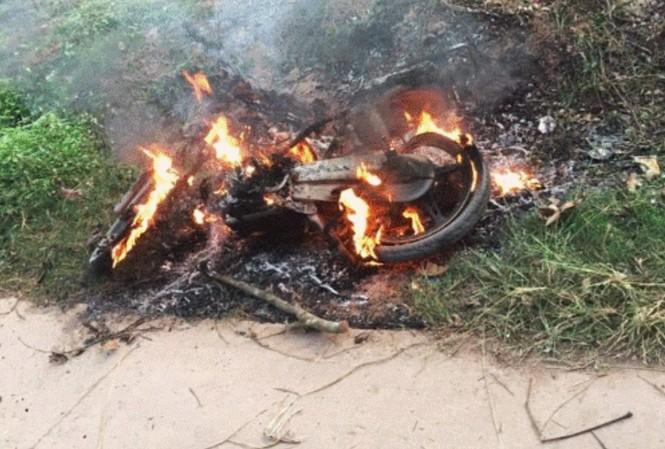 Chiếc xe máy bị đốt rụi