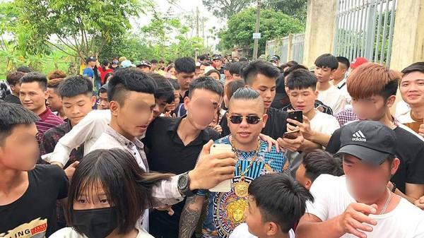 """""""Thánh chửi"""" Dương Minh Tuyền (đeo kính đen)."""