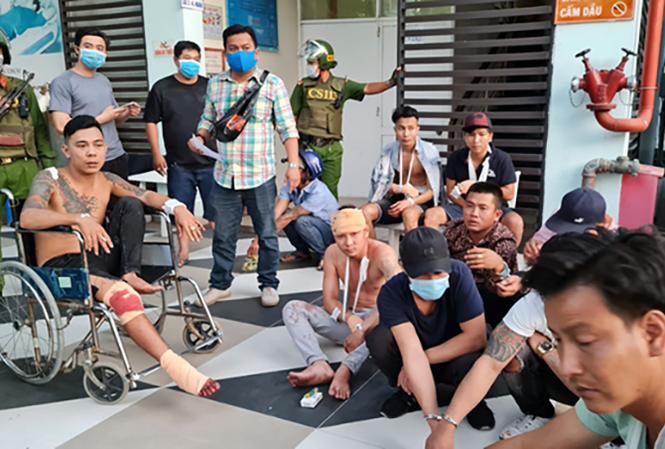 Nhóm người từ Bình Dương sau khi bị chặn đánh tại TP Long Xuyên