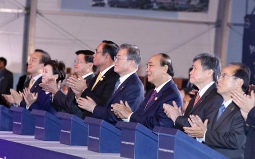 Tổng thư ký ASEAN Lim Jock Hoi, Thủ tướng Chính phủ VN Nguyễn Xuân Phúc, Tổng thống Hàn Quốc Moon Jae-in, Thủ tướng Thái Lan Prayut Chan-o-cha, Thủ tướng Lào Thongloun Sisoulith và các đại biểu thực hiện nghi thức động thổ thành phố thông minh