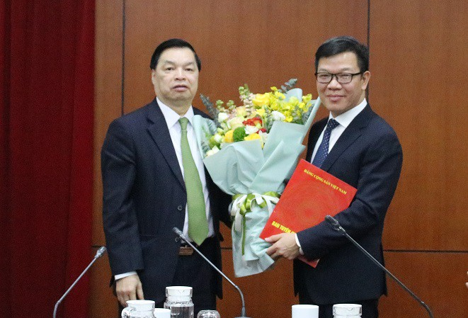Phó Trưởng ban Tuyên giáo Trung ương Lê Mạnh Hùng trao Quyết định và tặng hoa chúc mừng đồng chí Tống Văn Thanh. (Ảnh: HMT)