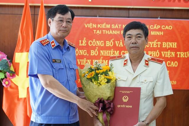 Phó Viện trưởng Viện Kiểm sát nhân dân tối cao Trần Công Phàn trao quyết định và chúc mừng đồng chí Phạm Đình Cúc.