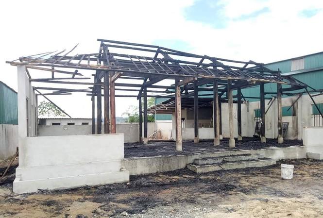 Ngôi nhà gỗ vừa hoàn thiện chuẩn bị khai trương quán cơm bị hàng xóm đối cháy