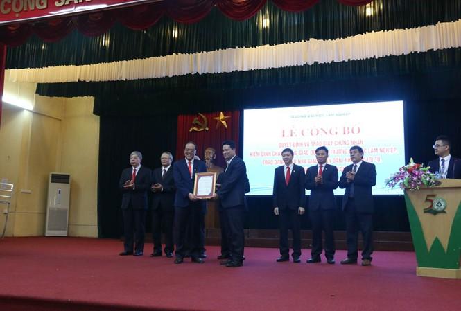 GS.Trần Văn Chứ, hiệu trưởng trường ĐH Lâm nghiệp nhận chứng nhận kiểm định