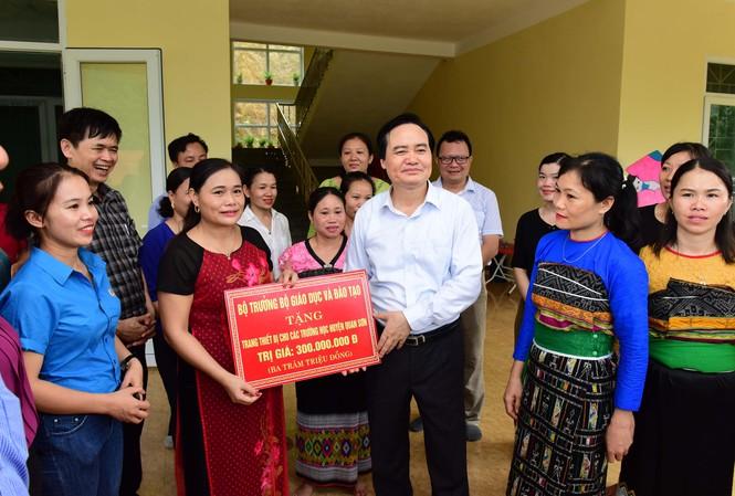 Bộ trưởng trao tặng trường mầm non Sơn Hà, xã Sơn Hà, huyện Quan Sơn, Thanh Hóa 300 triệu đồng