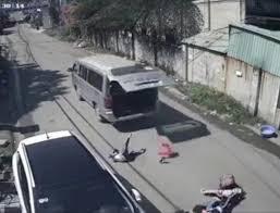 Học sinh bị rơi ra đường từ trên xe đưa đón - ảnh cắt từ clip