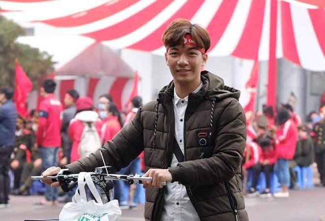 Nguyễn Văn Cường với phần quà của mình tại Chương trình Chủ nhật Đỏ
