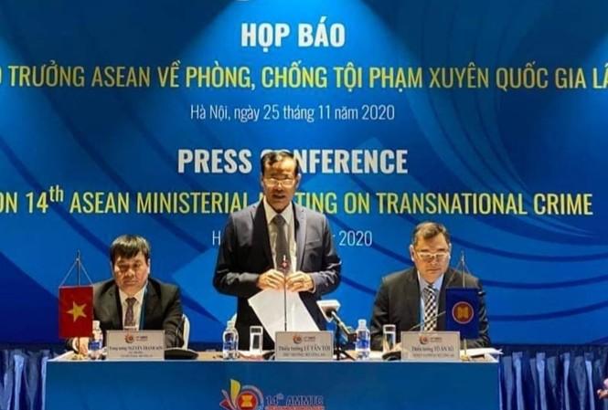 Thứ trưởng Lê Tấn Tới chủ trì cuộc họp báo.
