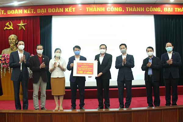 Đại diện UBTW Mặt trận Tổ quốc Việt Nam trao tiền ủng hộ cho đại diện Bộ Y tế. Ảnh: Mic.gov.vn
