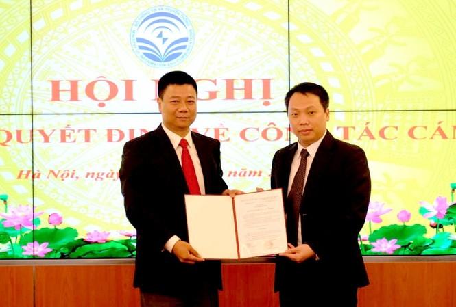 Thứ trưởng Nguyễn Huy Dũng (trái) trao quyết định Phụ trách Cục Tin học hóa cho ông Đỗ Công Anh.