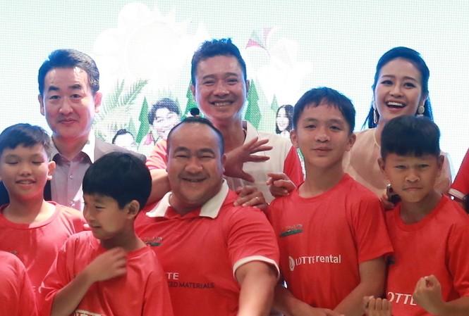 Hiếu Hiền, Hồng Sơn và Hoà Minzy chụp chung với các em