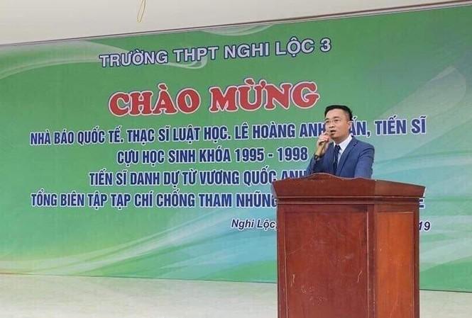 Ông Lê Hoàng Anh Tuấn chia sẻ với các thế hệ học sinh đang theo học tại trường THPT Nghi Lộc III
