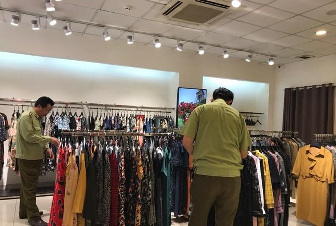 Đội QLTT số 14 chia thành 5 tổ kiểm tra 5 địa điểm kinh doanh Thương hiệu thời trang SEVEN.Am trên địa bàn Hà Nội