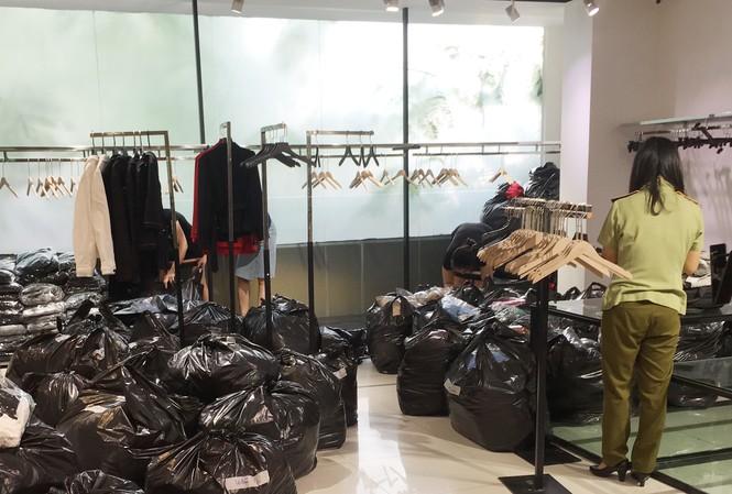 Lực lượng Quản lý thị trường Hà Nội kiểm tra 5 điểm kinh doanh hàng hóa của SEVEN.am