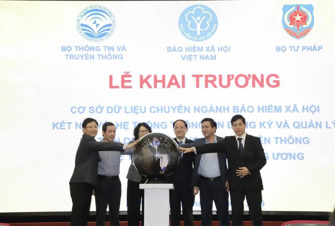 Đại diện các bộ ngành và BHXH Việt Nam nhấn nút khai trương CSDL chuyên ngành BHXH và kết nối qua NGSP
