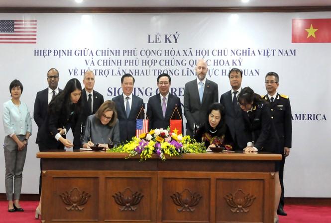 Thừa ủy quyền của Chính phủ, Thứ trưởng Bộ Tài chính Vũ Thị Mai và Đại biện Đại sứ quán Hợp chủng quốc Hoa Kỳ tại Việt Nam, bà Caryn McClelland cùng ký kết hiệp định về hỗ trợ lẫn nhau trong lĩnh vực Hải quan