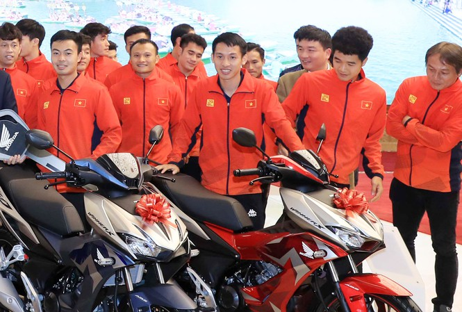 58 chiếc xe máy tổng trị giá hơn 3 tỷ đồng đã được Honda Việt Nam trao tặng cho hai đội bóng đá nam và nữ vừa giành huy chương vàng Seagames 30 về