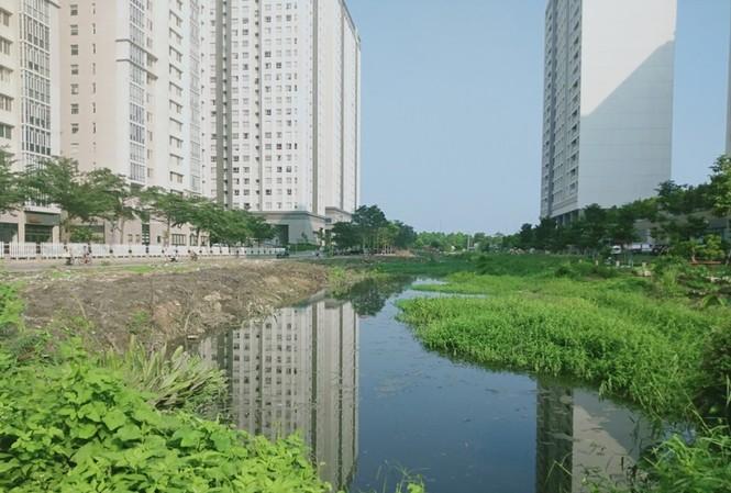 Lấp kênh rạch làm bãi giữ xe, chiếm vỉa hè, bờ sông làm của riêng?