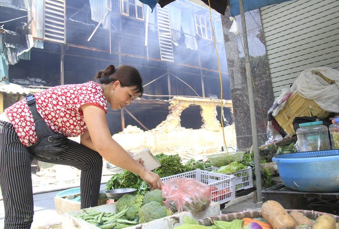 Rau quả được bày bán ngay bên cạnh hiện trường vụ cháy sáng 29/8. Ảnh: Trường Phong