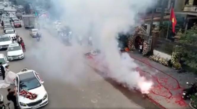 Cảnh pháo nổ đỏ đường tại đám cưới ở Sóc Sơn.