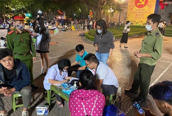 Theo báo cáo của quận Hoàn Kiếm, trong 3 ngày qua, các đơn vị của quận đã xử phạt hàng chục trường hợp không đeo khẩu trang nơi công cộng. Ảnh: PV