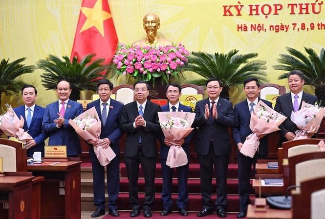 Lãnh đạo Thành ủy, HĐND, UBND thành phố Hà Nội tặng hoa chúc mừng các Phó Chủ tịch UBND thành phố Hà Nội được bầu tại Kỳ họp thứ 18 HĐND thành phố Hà Nội