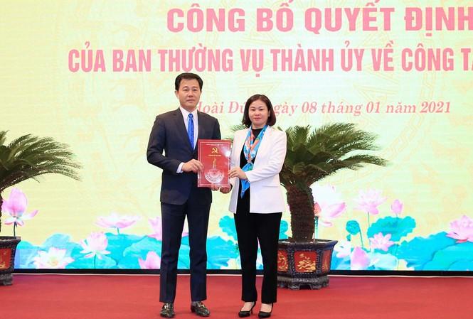 Phó Bí thư Thường trực Thành ủy Hà Nội Nguyễn Thị Tuyến trao quyết định cho ông Nguyễn Xuân Đại