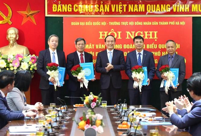 Phó Bí thư Thành ủy, Chủ tịch HĐND thành phố Hà Nội Nguyễn Ngọc Tuấn trao các quyết định bổ nhiệm Chánh Văn phòng và các Phó Chánh Văn phòng Đoàn đại biểu Quốc hội và HĐND thành phố