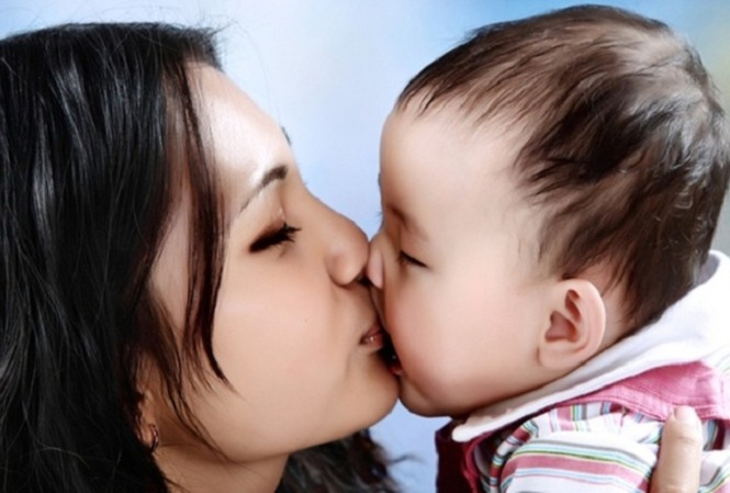Nhiều nguy cơ gây bệnh cho trẻ nhỏ từ nụ hôn