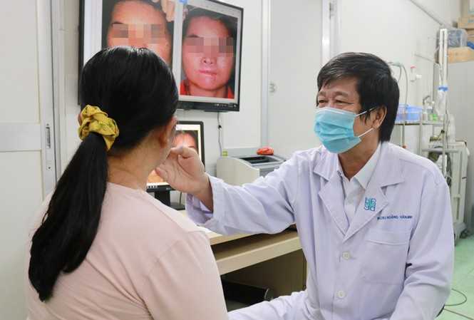 BS Hoàng Văn Minh khám cho người bệnh